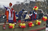 Foto de Sinterklaas waving from his boat - Netherlands