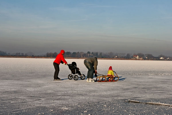 Spedire foto di Family skating in the Netherlands di Paesi Bassi come cartolina postale elettronica