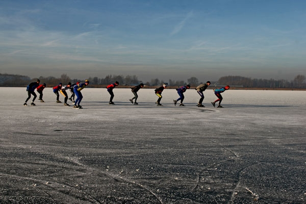 Spedire foto di A line of Dutch skaters on a frozen lake di Paesi Bassi come cartolina postale elettronica