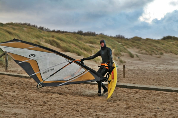 Spedire foto di Windsurfer on the beach in southern Netherlands di Paesi Bassi come cartolina postale elettronica