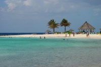 Foto di A Curacao beach with clear, turquoise waters - Netherlands Antilles