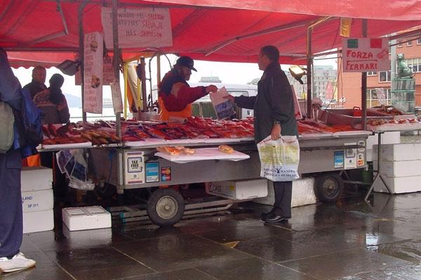 Enviar foto de Fish stall in Bergen de Noruega como tarjeta postal eletrónica