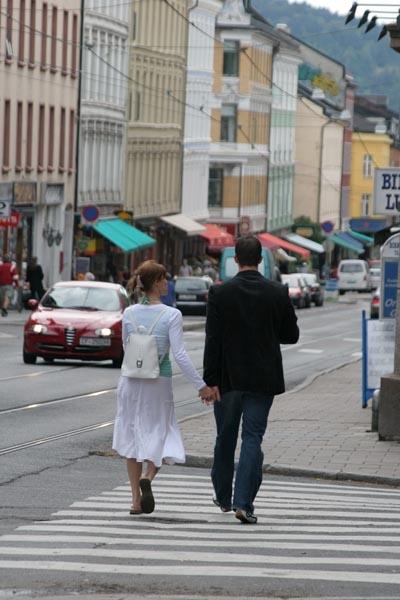 Enviar foto de Couple walking the streets of Oslo de Noruega como tarjeta postal eletrónica