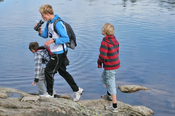 Spedire foto di Norwegian kids drinking water from a lake near Bergen di Norvegia come cartolina postale elettronica