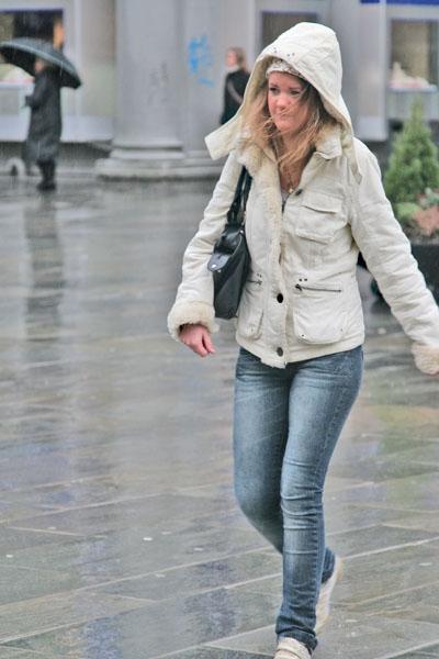 Enviar foto de Young Norwegian woman in rainy Bergen de Noruega como tarjeta postal eletrónica