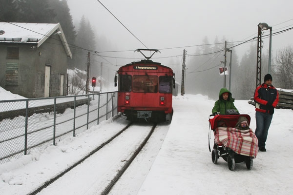 Spedire foto di Train at a small station outside Oslo di Norvegia come cartolina postale elettronica