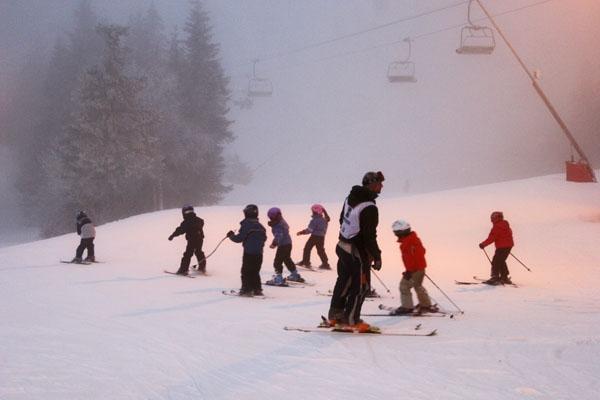 Enviar foto de Children skiing at Tryvann Vinterpark de Noruega como tarjeta postal eletrónica