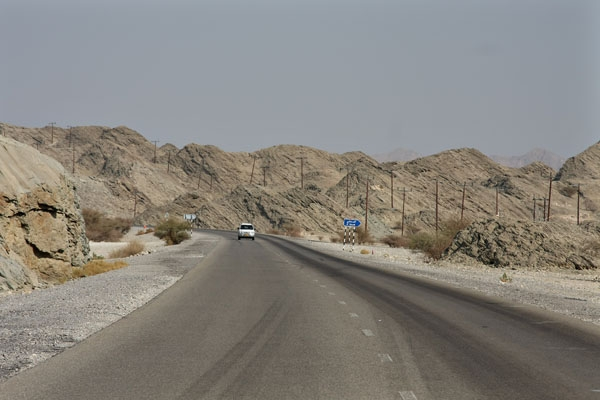 Stuur foto van Mountain landscape bordering the road between Muscat and Qurayat van Oman als een gratis kaart