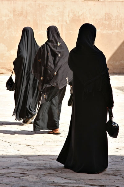 Send picture of Women wearing abbayas from Oman as a free postcard