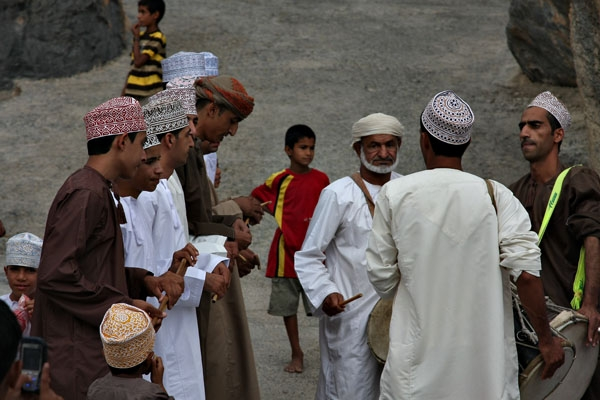 Envoyer photo de Men playing music at an Eid celebration in Misfat de Oman comme carte postale &eacute;lectronique