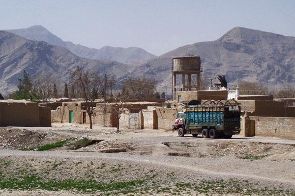 Enviar foto de Truck in the outskirts of Quetta de Pakistan como tarjeta postal eletrónica