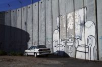 Photo de Painting and car by the separation wall in Bethlehem - Palestinian Territories