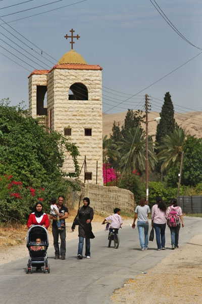 Enviar foto de Church and people out for a walk in Jericho de Palestina como tarjeta postal eletr&oacute;nica