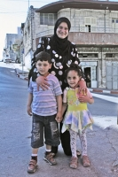 Foto van Palestinian mother with her children in Nablus - Palestinian Territories