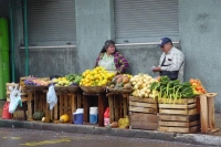 Foto van People selling fruit from a street stall - Paraguay