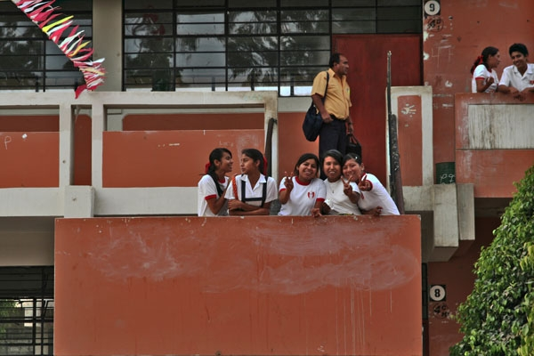 Spedire foto di Students and teacher at one of the buildings of Colegio Nacional Josefina Mejia de Bocanegra di Peru come cartolina postale elettronica