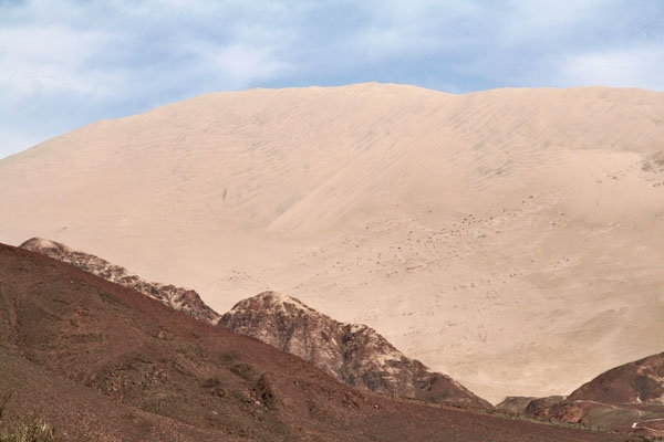 Stuur foto van The world's tallest sand dune, Cerro Blanco, in southern Peru van Peru als een gratis kaart