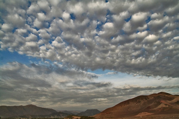 Stuur foto van Clouds over Chauchilla cemetery van Peru als een gratis kaart