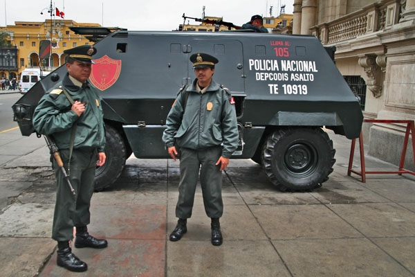 Stuur foto van Police officers on duty at Plaza de Armas in Lima van Peru als een gratis kaart