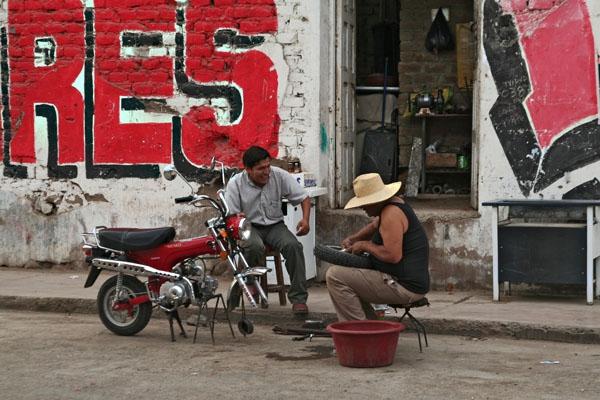 Envoyer photo de Man working as a mechanic in Nazca de le Pérou comme carte postale électronique