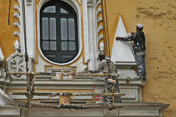Envoyer photo de Painters working on a church in Lima de le Pérou comme carte postale électronique