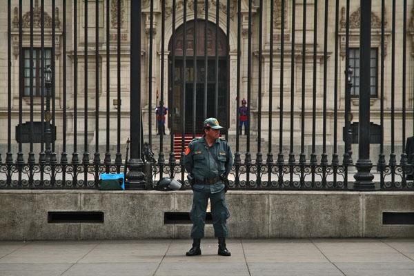 Envoyer photo de Security guard at the Governments Palace in Lima de le Pérou comme carte postale électronique