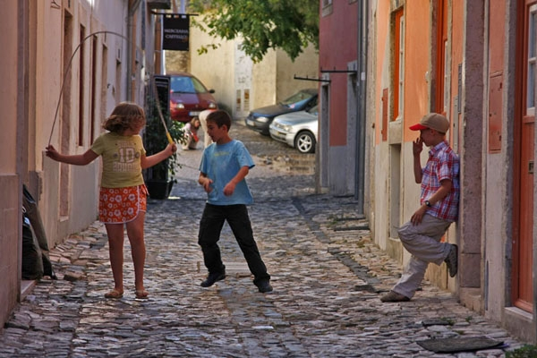 Spedire foto di Children playing in the streets of Lisbon di Portogallo come cartolina postale elettronica
