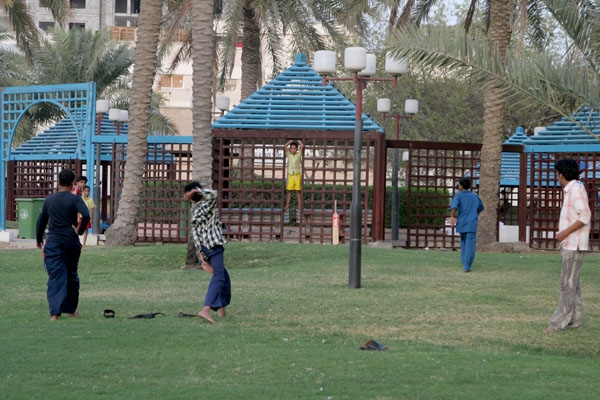 Spedire foto di Kids playing in a park in Doha di Qatar come cartolina postale elettronica