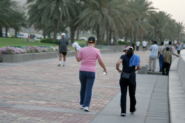 Stuur foto van Women exercising by the corniche in Doha van Qatar als een gratis kaart