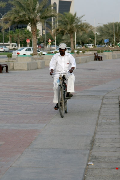 Stuur foto van Man cycling on the corniche in Doha van Qatar als een gratis kaart