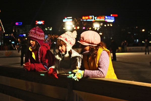 Envoyer photo de Romanian girls dressed in winter clothes at an ice rink de Roumanie comme carte postale &eacute;lectronique