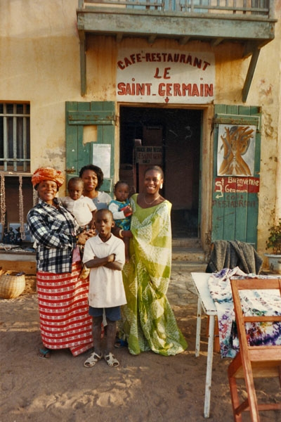 Stuur foto van People in front of a restaurant in Ile de Gorée, off Dakar van Senegal als een gratis kaart