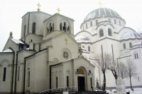 Foto van Small church of St. Sava in front of the Temple of St. Sava - Serbia
