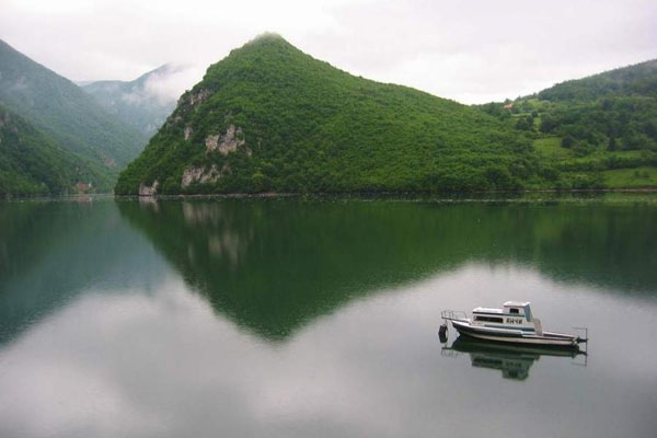 Enviar foto de The artificial Lake Perucac (made on Drina river), and foothill of Tara mountain de Serbia como tarjeta postal eletrónica