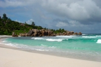 Foto de White beach at Anse Patates on La Digue - Seychelles