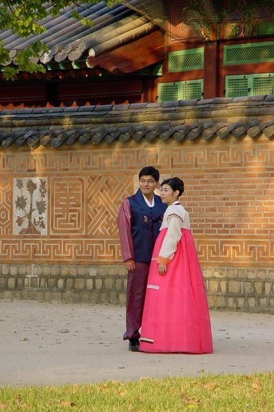 Send picture of Couple in traditional clothes from South Korea as a free postcard