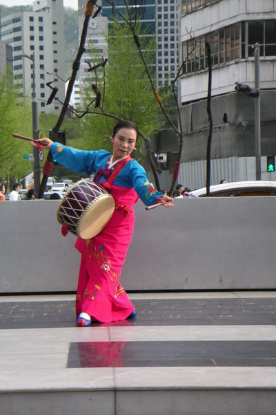 Enviar foto de Korean woman doing a dance performance in Seoul de Corea del Sur como tarjeta postal eletrónica