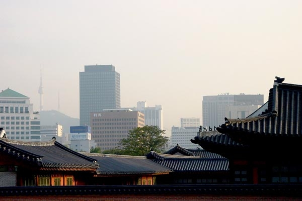 Spedire foto di Traditional and modern buildings in Seoul di Corea del Sud come cartolina postale elettronica