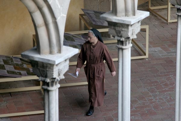 Send picture of Catholic nun in Pedralbes monastery in Barcelona from Spain as a free postcard