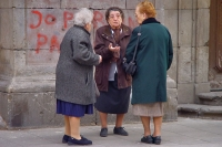 Foto van Women chatting in the streets of Barcelona - Spain