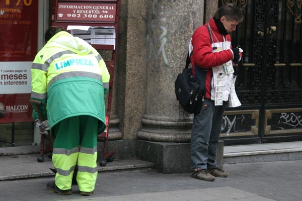 Send picture of Garbage collector and lottery ticket seller from Spain as a free postcard