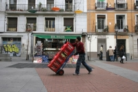 Foto di Man delivering beverages - Spain
