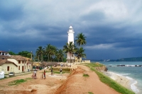 Foto de Houses by the coast in Galle with lighthouse in the background - Sri Lanka