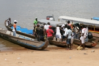 Photo de People getting on the boat in Albina - Surinam
