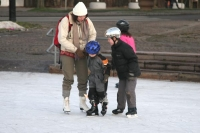 Foto van Swedish family on an ice skating rink in Gothenburg - Sweden