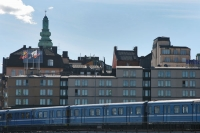 Foto van Train passing buildings in Stockholm - Sweden
