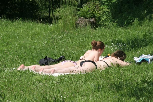 Enviar foto de Women enjoying the summer sun de Suecia como tarjeta postal eletr&oacute;nica