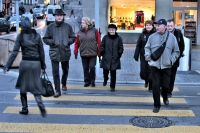 Foto de People crossing a street in Zrich - Switzerland