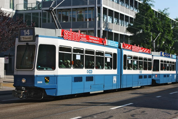 Stuur foto van Tram in Oerlikon, suburb of Zürich van Zwitserland als een gratis kaart