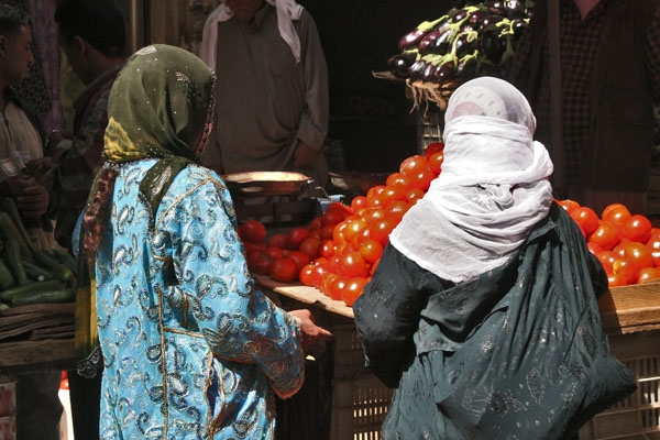 Send picture of Women shopping at the market in Deir es Zor from Syria as a free postcard